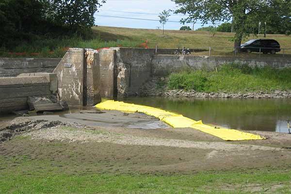 dæmning til vedligeholdelse af flodbredden