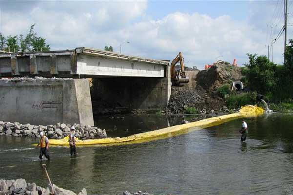 dæmning flod til at arbejde på bropille