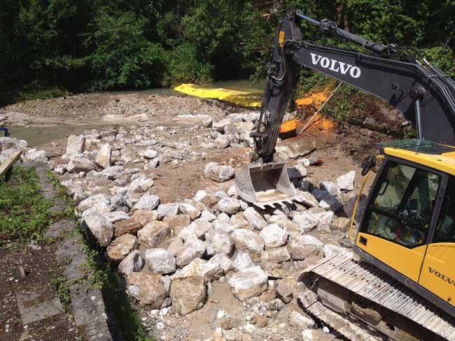 La Varenne: ødelæggelse af tærsklen til den gamle Torcy-le-Petit spinderi. Midlertidig omdirigering af opstrømsstrømmen med fleksible Water-Gate © -cofferdam.