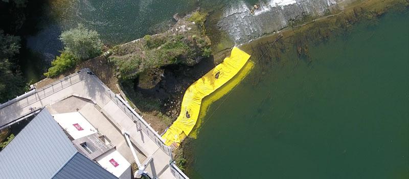 Udtørring af en arm af floden på Doubs. 2 Fleksible Water-Gate © WA-6050 og WA-6030 kofferdamme forbundet sammen.
