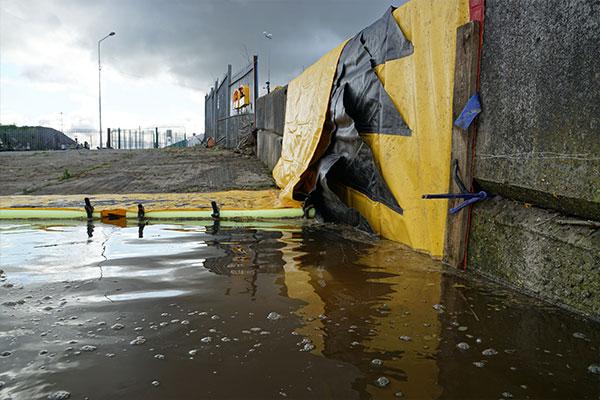 Water-Gate © fleksibel dæmning, der læner sig mod en mur. Forkanten er fastgjort med en plade for at reducere lækager, når vandet fyldes.