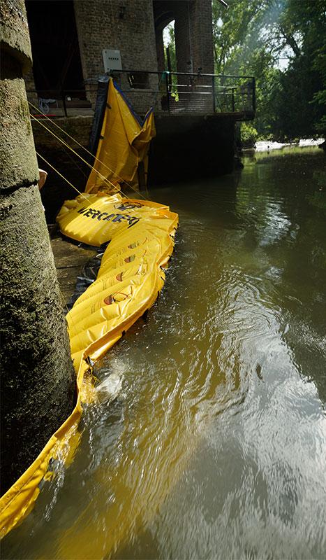Fleksibel Water-Gate © WA-2850 kasse i L. Understøttet på en mur af møllen på venstre bred og på en stak af en vindende bro midt i floden.