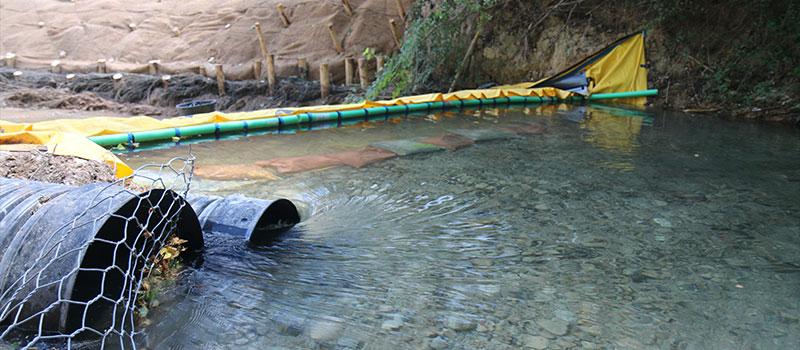 Afløb af CARAMY-floden ved fleksibel Water-Gate ©-dæmning. Foresters Company