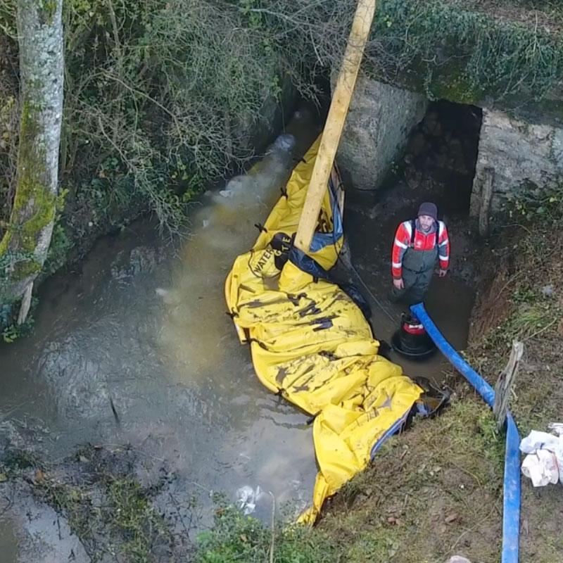 Reparation af bjælkebro. U-formet installation af to fleksible Water-Gate © WA-2835 kofferdamme.
