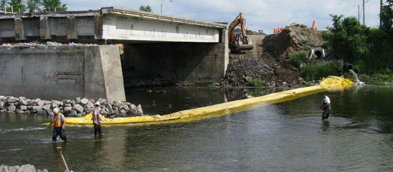 Reparationsarbejde på en tofaset bro. Installation af en fleksibel L-formet koffert fra hver bank.