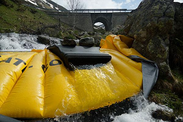 Fleksibel Water-Gate © kasse installeret på en arm af en bjergflod med overfladen DS-1200 uden dens fleksible rør.