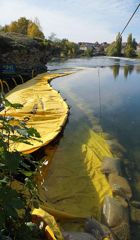 Fleksibel kasse Water-Gate ©. River-projekt. Bro over Doubs-renoveringen. Dole