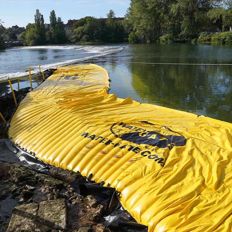 Udtørring af en arm af floden på Doubs. Den fleksible kasse er placeret på venstre bred i forlængelsen af tærsklen til Dole.