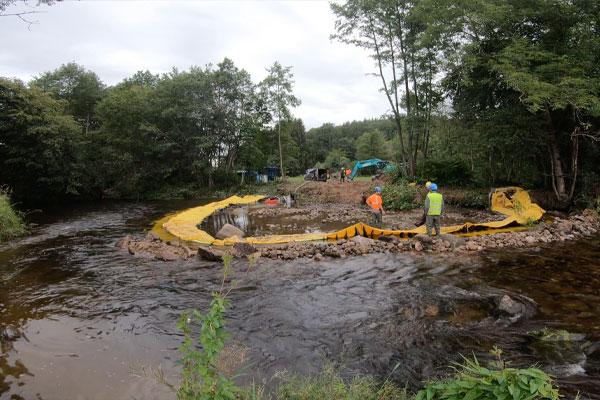 Opstrøms visning. Water-Gate© installation i U   Installation i en flod parallelt med strømmen.