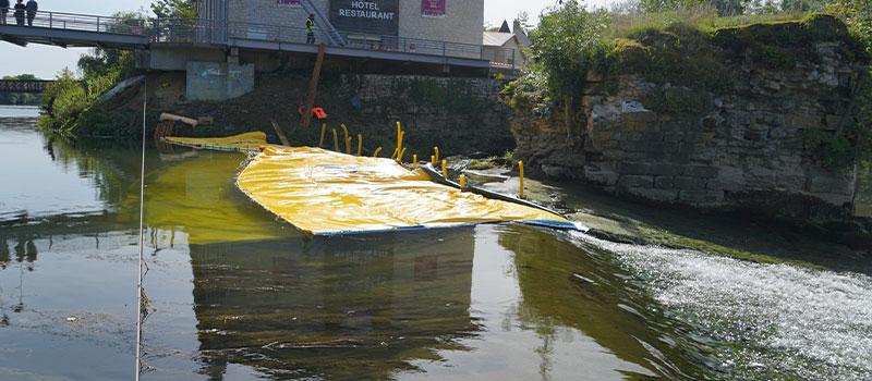 Water-Gate © fleksible kofferdamme installeret som en forlængelse af tærsklen for Dole på Doubs. Udsigt fra tærsklen.