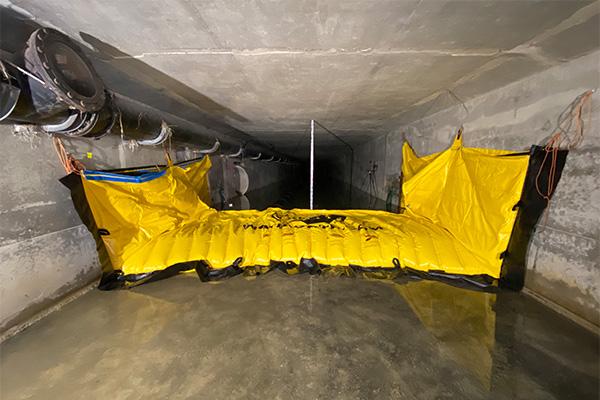 Fleksibel Water-Gate© WA-3930 kasse installeret i en betonramme. Ingen jordforankring.