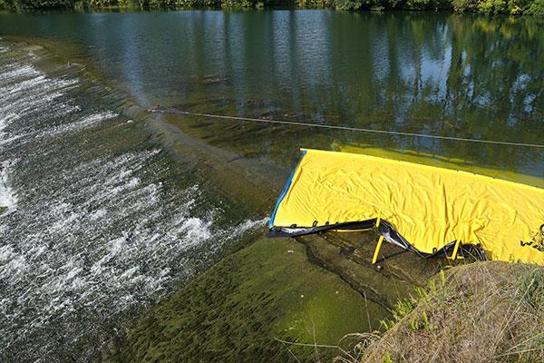 Batardeau Water-Gate© WA-6050 dont l'extrémité vient mourir sur un seuil plat à faible pente.
